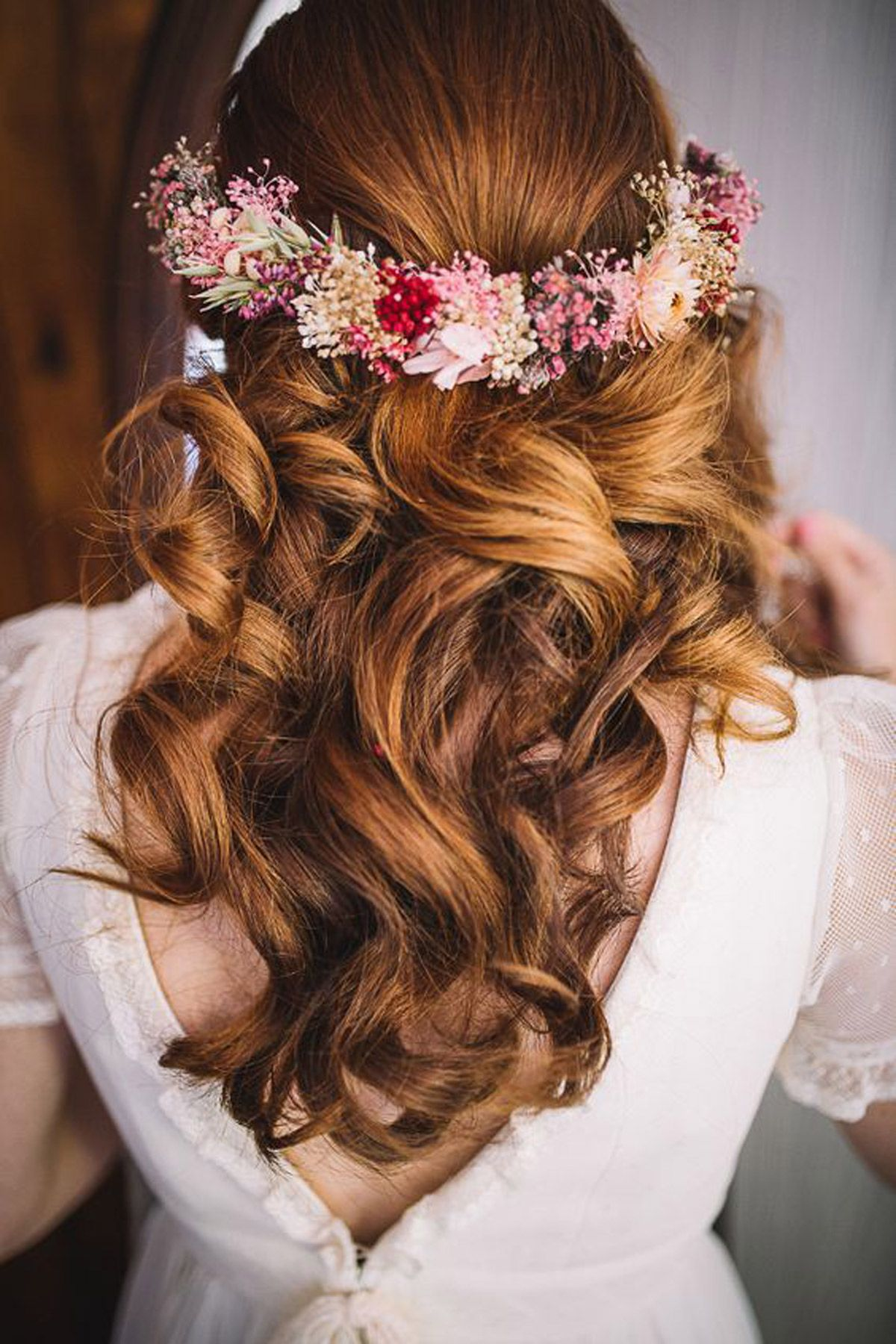 peinado con adornos florales