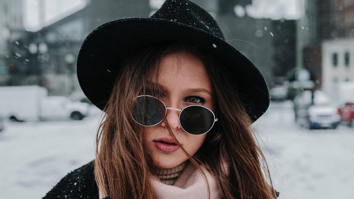 chica con sombrero negro
