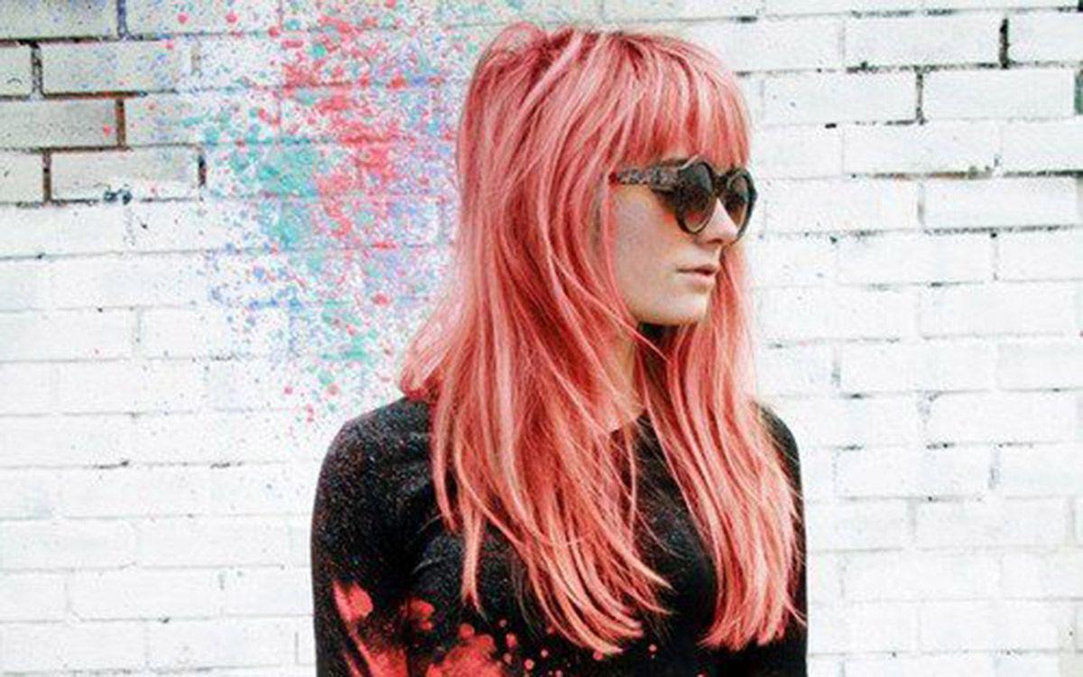 Chica con peinado color coral